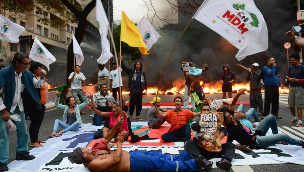 protestas contra el juicio político en el Congreso