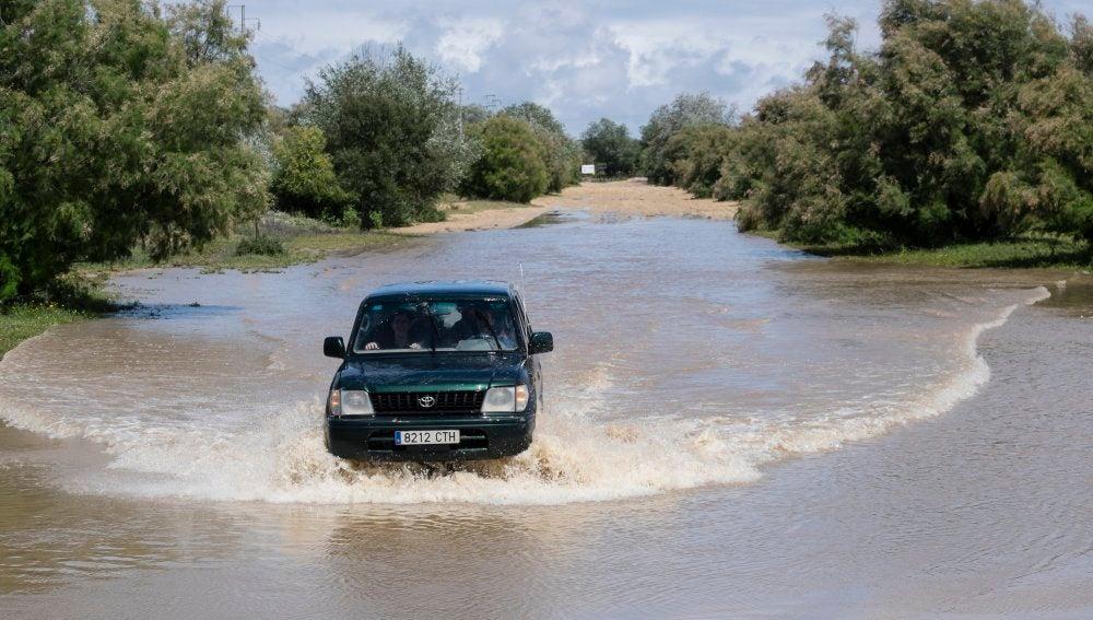 Un vehículo intenta cruzar en la zona del Puente del Rey, en Huelva
