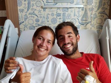 Los españoles Marta Miguel y David Hernández en el Hospital Gleneagles de Kota Kinabalu (Malasia), donde son atendidos tras ser rescatados después de pasar diez días en alta mar.