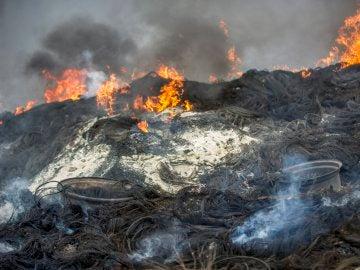 Vista del incendio de neumáticos en Seseña, Toledo