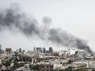 Vista del humo procedente de la explosión de un coche bomba, sobre los edificios de la ciudad de Erbil, Irak.