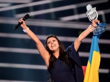 La representante de Ucrania al recibir el trofeo de la victoria en Eurovisión