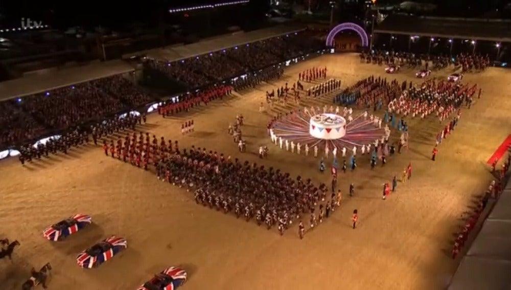 Frame 72.04667 de: La reina Isabel II de Inglaterra celebra su cumpleaños con un espectáculo ecuestre con más de 900 caballos