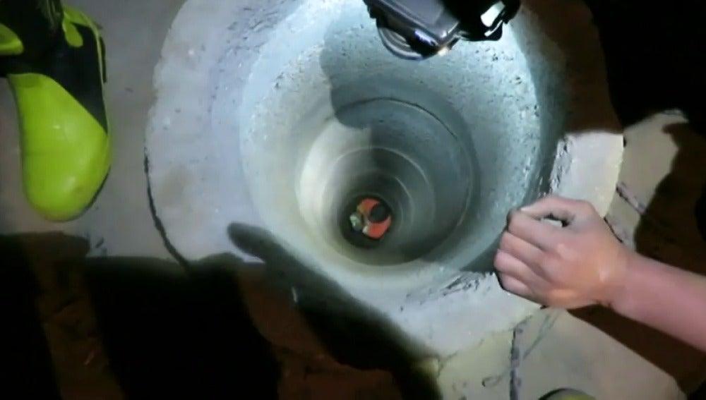Frame 0.130678 de: Logran rescatar a un niño de dos años que se quedó atrapado en un pozo en China