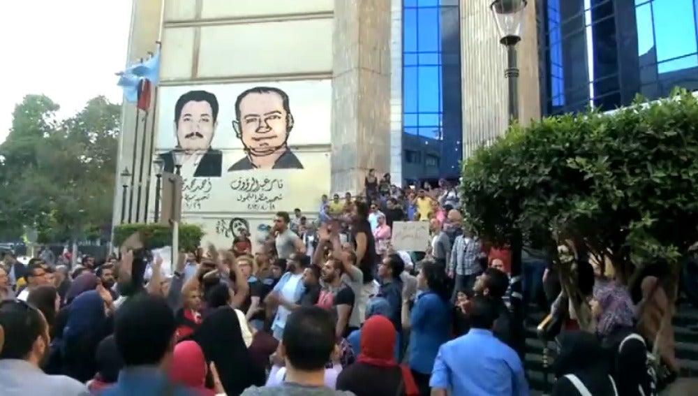 Frame 0.0 de: Condenan a cárcel a 152 personas por participar en manifestaciones en Egipto