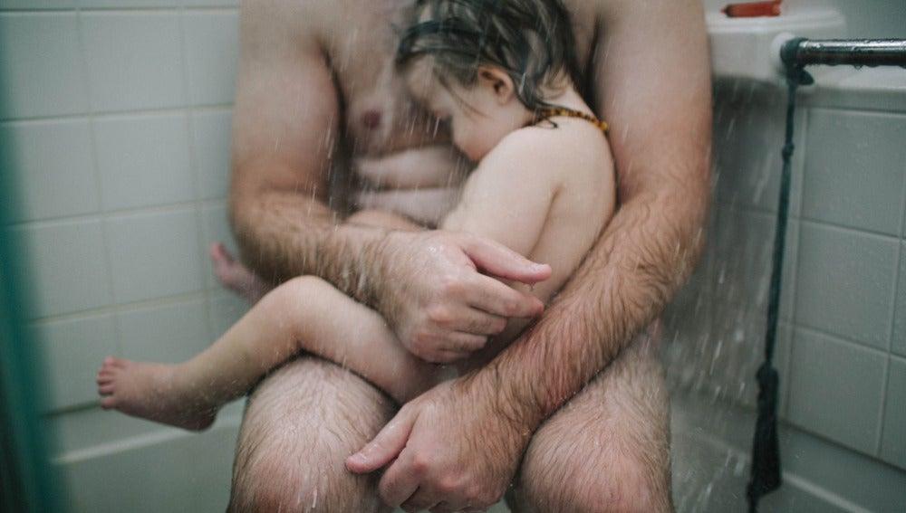 Imagen del padre y el hijo bajo la ducha