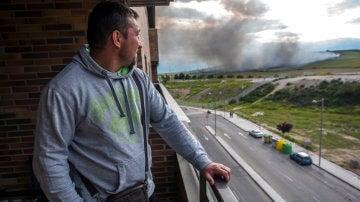 Un vecino mira la nube toxica de Seseña