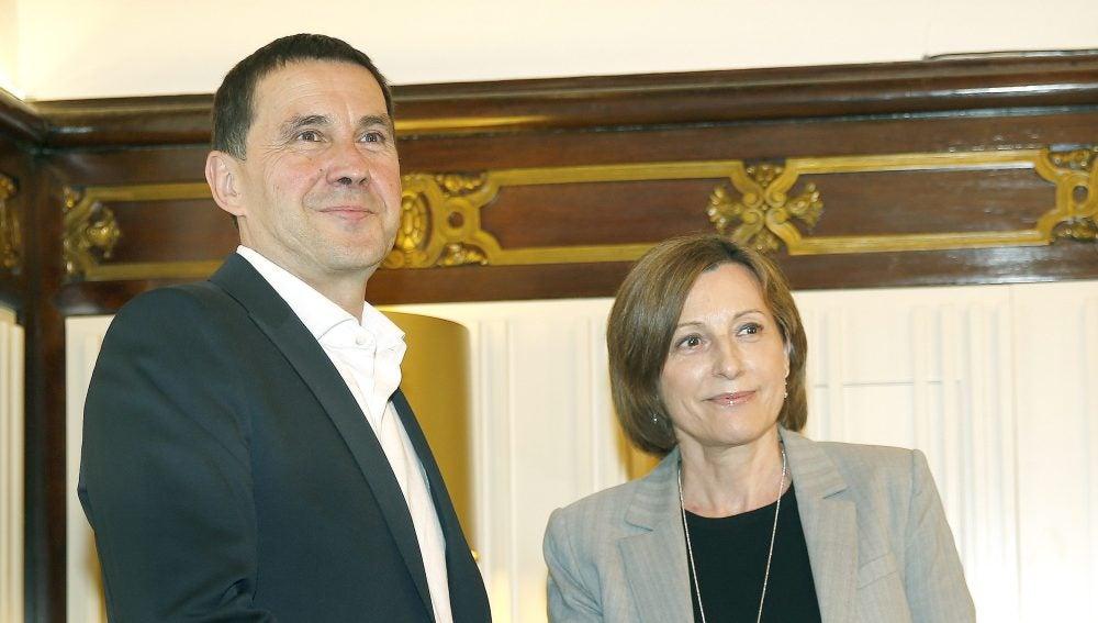 La presidenta del Parlament recibe a Arnaldo Otegi