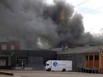 Controlado el incendio que destruyó la mayor parte de la fábrica de Embutidos Rodríguez