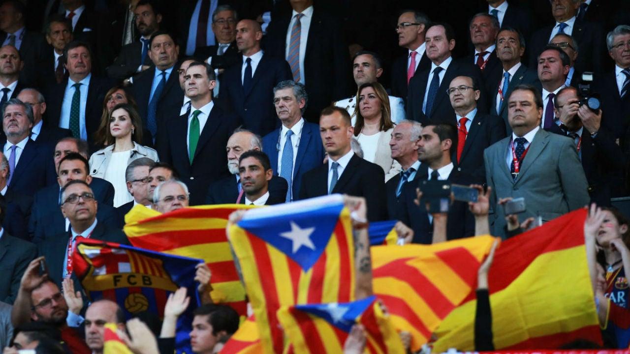 Banderas de España y esteladas en el Calderón con la atenta mirada de los Reyes de España