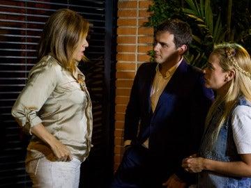Albert Rivera habla con la abogada Ana Leonor Acosta junto a la residencia de Daniel Ceballos