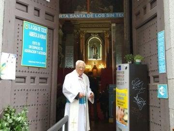 El padre Ángel, en la Iglesia de San Antón