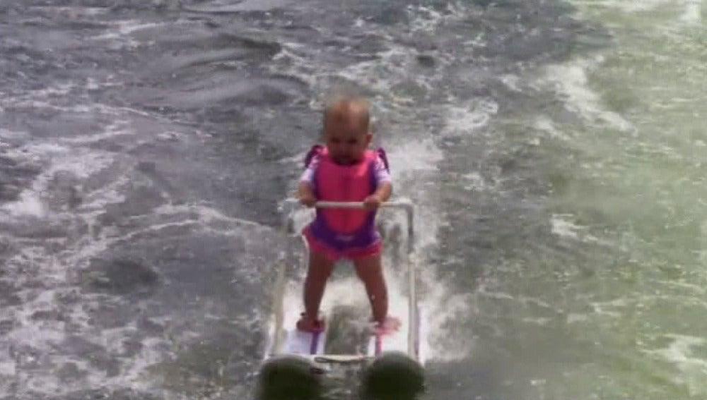 Imagen del bebé esquiando
