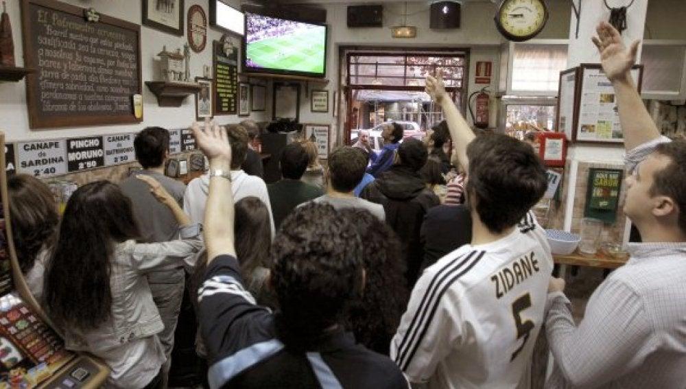 Aficionados al fútbol en un bar