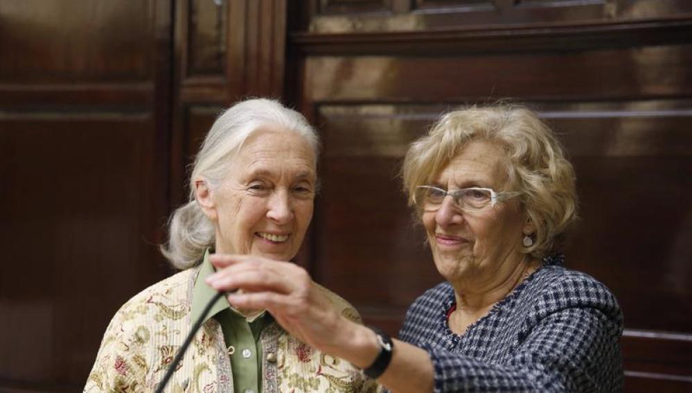 La biológa Jane Goodall y Manuela Carmena, en rueda de prensa