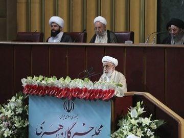 El ayatolá Ahmad Janatí en la reunión inaugural de la Asamblea de Expertos en Teherán, Irán