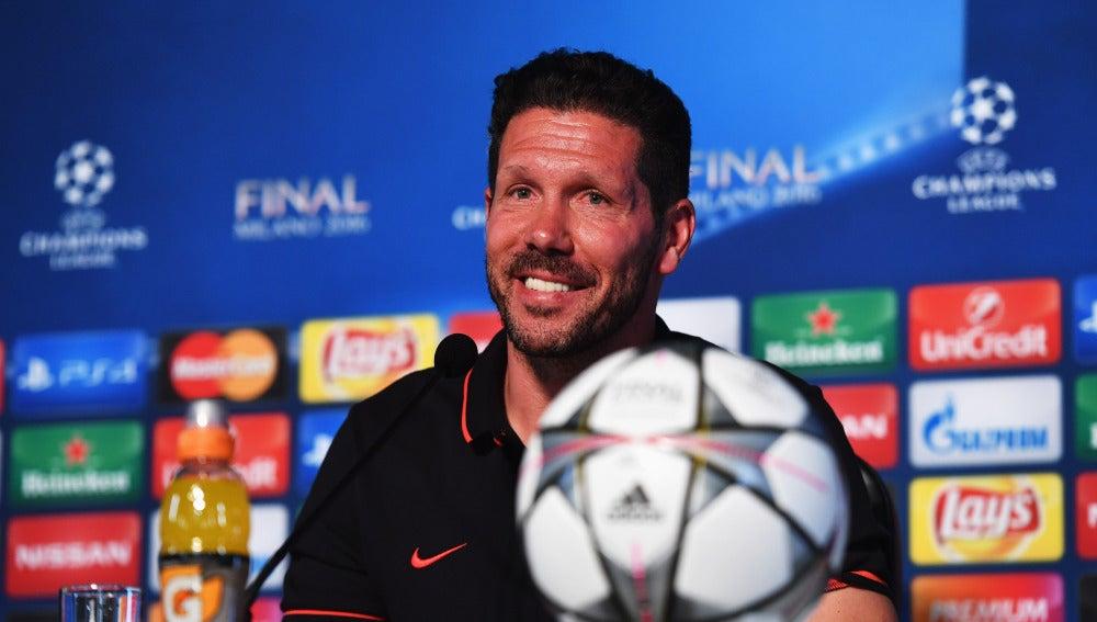 Simeone, sonriente durante la rueda de prensa