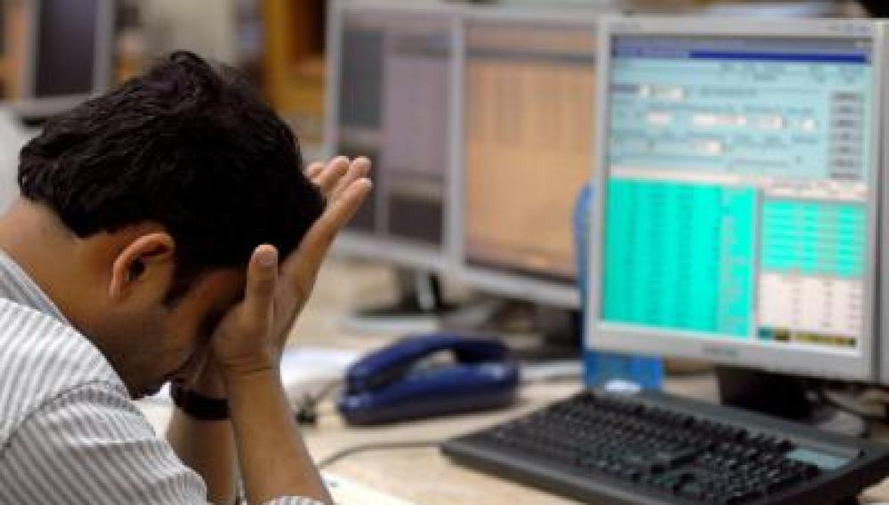 Un trabajador se lamenta en su puesto de trabajo