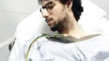 El doctor Muhannad Al Zabn, atendido en camilla tras el disparo