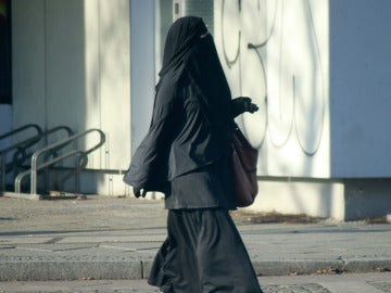 Mujer cubierta completamente