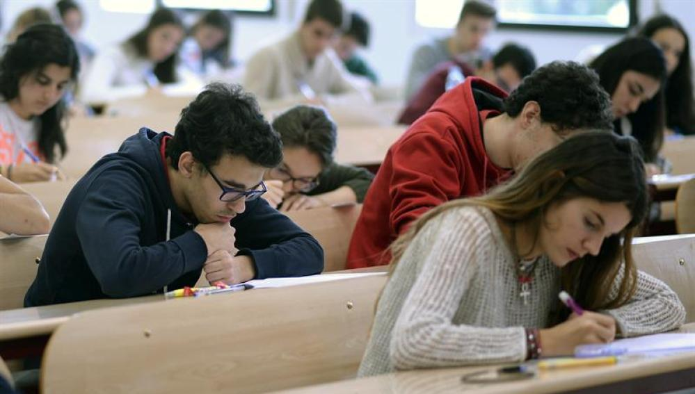 Un grupo de estudiantes realiza las pruebas de Selectividad