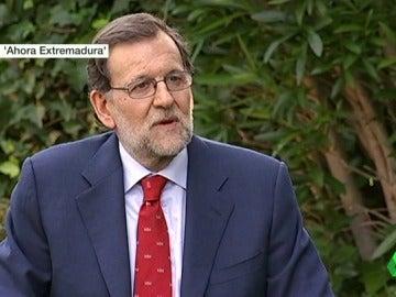 """Frame 15.38089 de: Rajoy responde al vídeo electoral de Ciudadanos: """"Leo el Marca y a mucha honra; además, no molesto a nadie"""""""