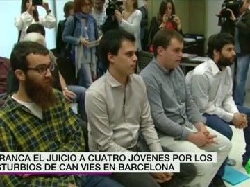 Frame 8.457383 de: Arranca el juicio a cuatro jóvenes por los disturbios de Can Vies en Barcelona