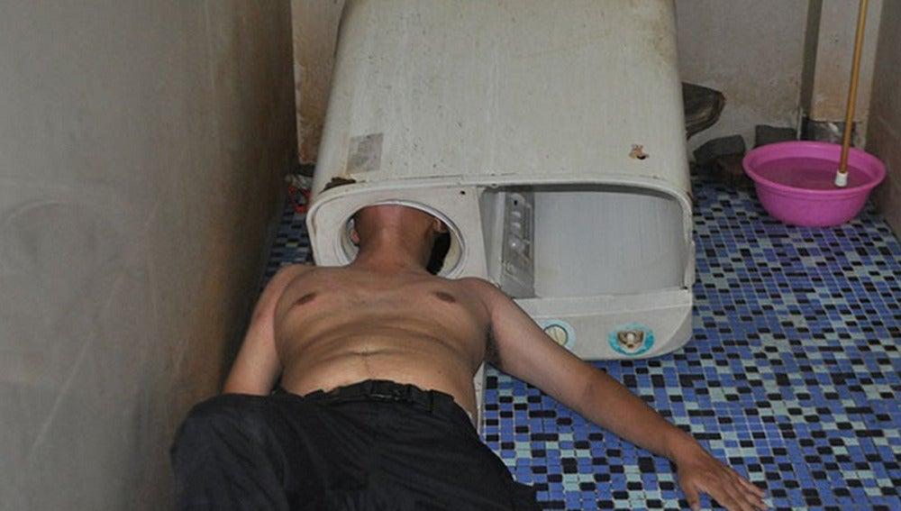 Un hombre queda atrapado en su lavadora