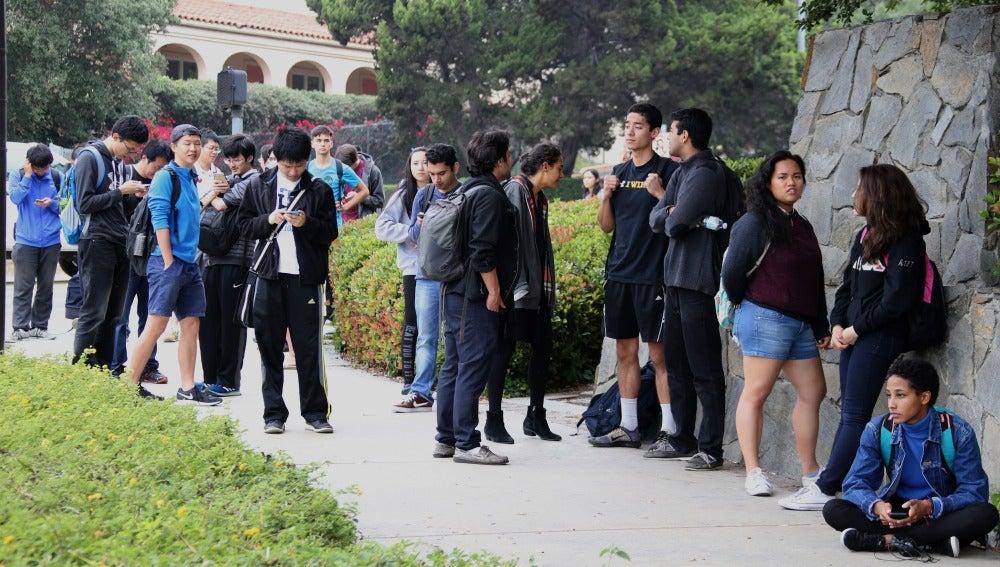 Estudiantes permanecen juntos durante las medidas de seguridad