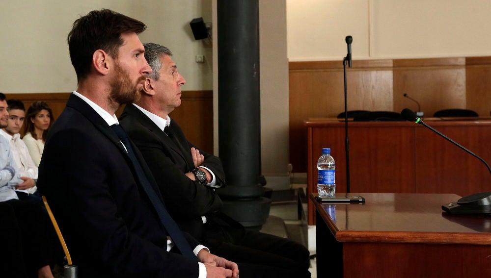 Leo Messi se sienta en el banquillo