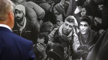 Un hombre observa una imagen que forma parte de la exposición fotográfica 'Caminos del exilio'