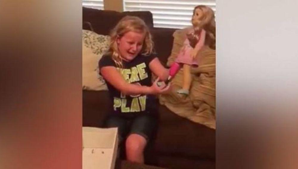 Emma no pudo contener las lágrimas al ver su nueva muñeca