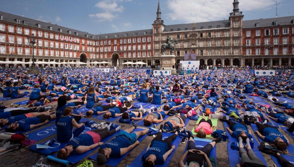 Miles de personas se unen contra la violencia machista en Madrid a través del yoga