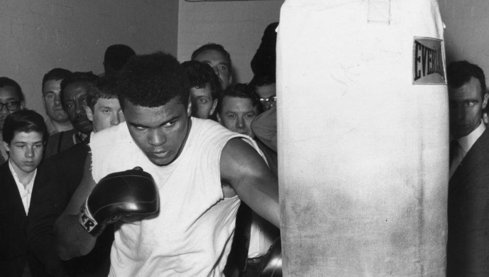 Muhammad Ali golpea un saco de boxeo