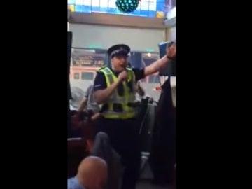 El agente sorprendió a todos cantando en el karaoke