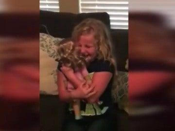Una niña emocionada con su muñeca