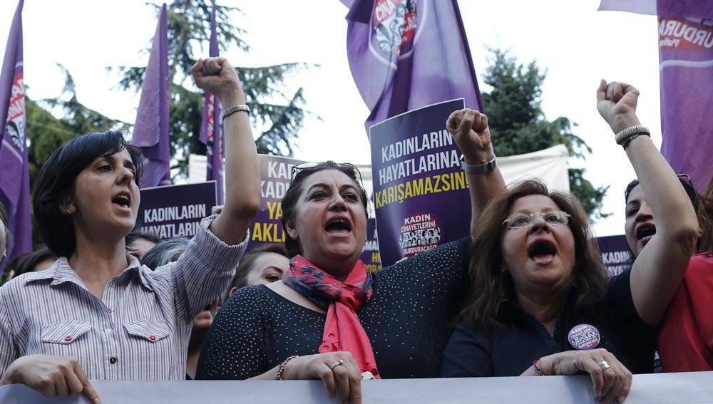 Mujeres protestan contra Erdogan