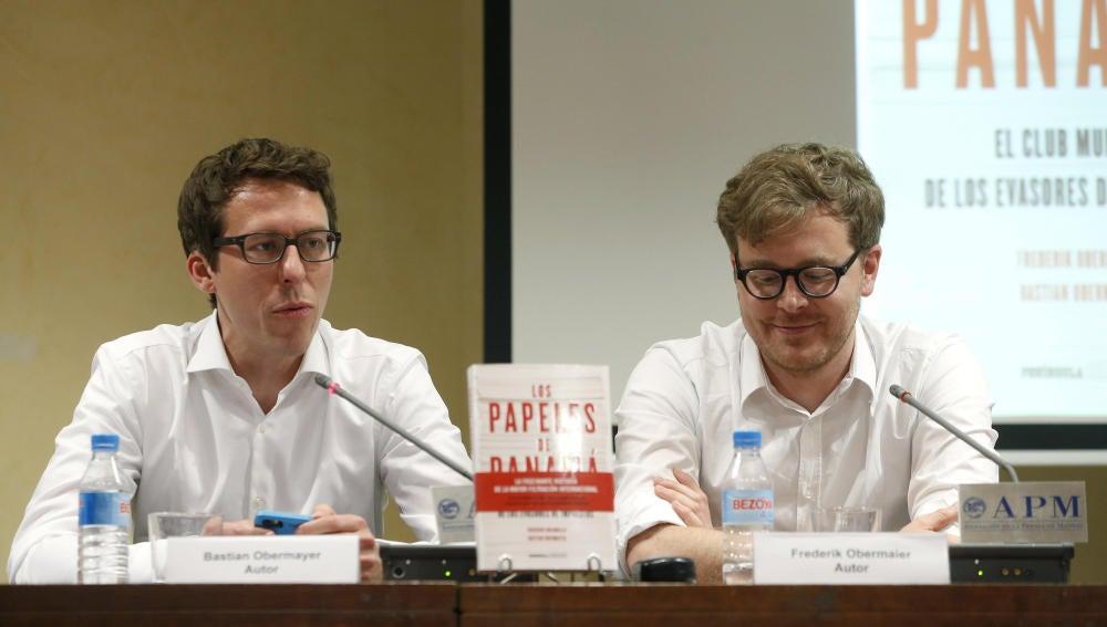 Los pediodistas alemanes Bastian Obermayer y Frederik Obermaier, autores del libro 'Los papeles de Panamá'