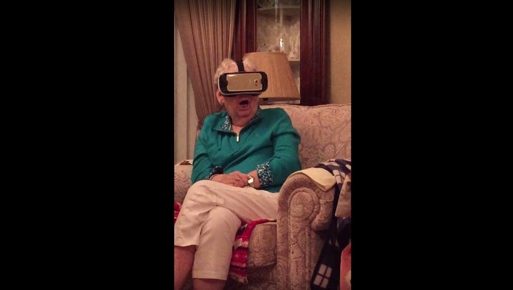 La abuela mientras usaba las gafas