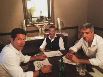 Simeone junto a Miguel Ángel Gil Marín y Andrea Berta