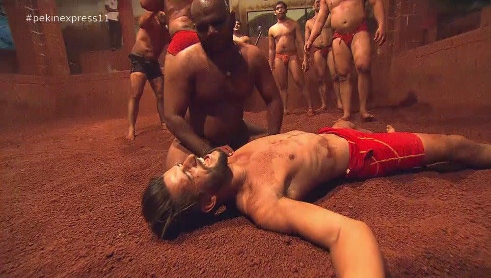 Matias derrumbado por un luchador
