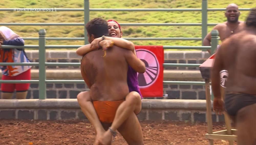 Sonia consigue la inmunidad subiéndose a horcajadas de un luchador de kusthi