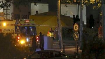 Miembros de los servicios sanitarios rodean el restaurante donde se hallaba atrincherado el policía