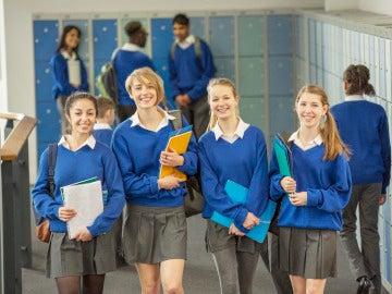 Estudiantes con uniforme