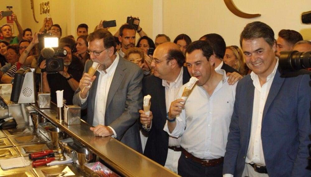 Mariano Rajoy intenta comerse un helado en Granada