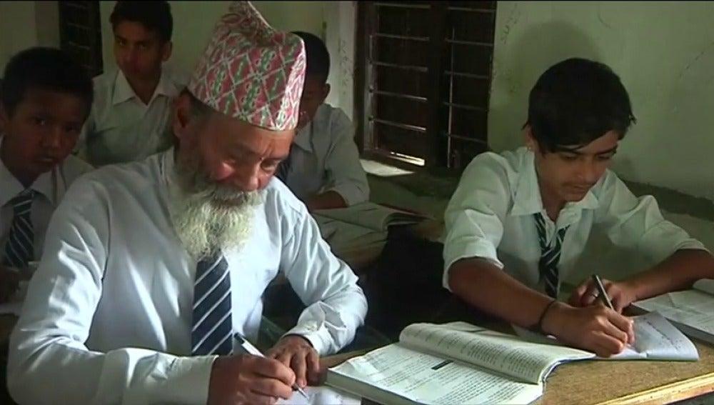 Frame 16.887282 de: Durga Kami, el nepalí que decidió volver a la escuela con 68 años