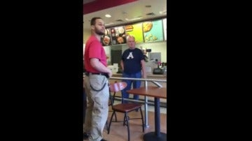 Un hombre increpa a una madre por dar el pecho en público