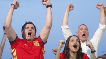Rivera y Arrimadas celebran un gol de la Selección