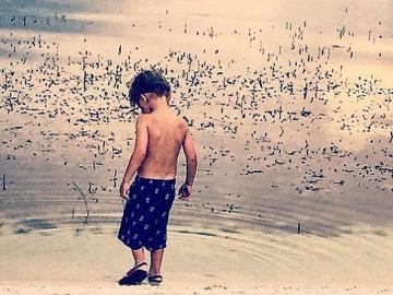Un niño jugando en la laguna de Disney en Orlando