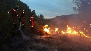 Los bomberos, durante las labores de extinción del incendio en Bolbaite